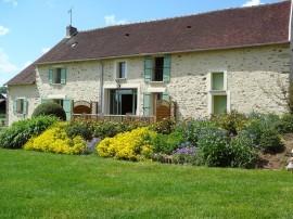 le gite de Brie Champagne situé à Artonges est une vaste maison briade entièrement rénovée dans un village typique situé aux limites de champagne aisne et seine et marne