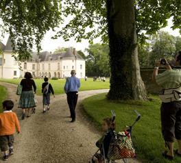 Château des Princes de Condé - arrivée d'un groupe dans le parc - cdt02/JP Gilson(c)